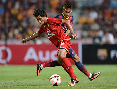 Teerasil Dangda in battle with Neymar